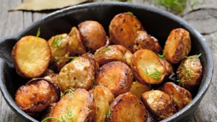 Cea mai simplă reţetă de cartofi la cuptor. Un singur ingredient face diferenţa!