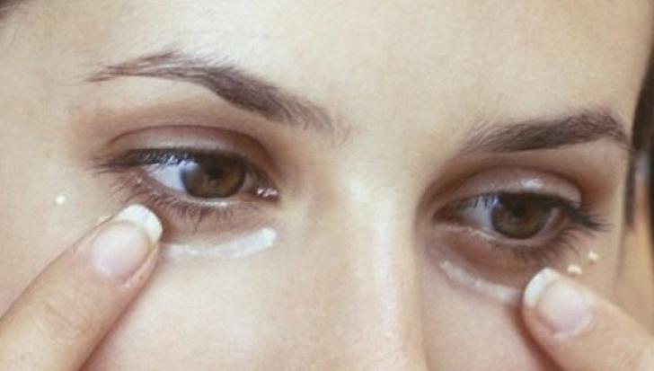 Şi-a pus bicarbonat de sodiu sub ochi