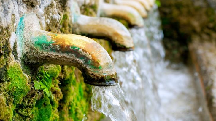 Criză în Alba Iulia. Un singur izvor de apă potabilă este funcţionabil