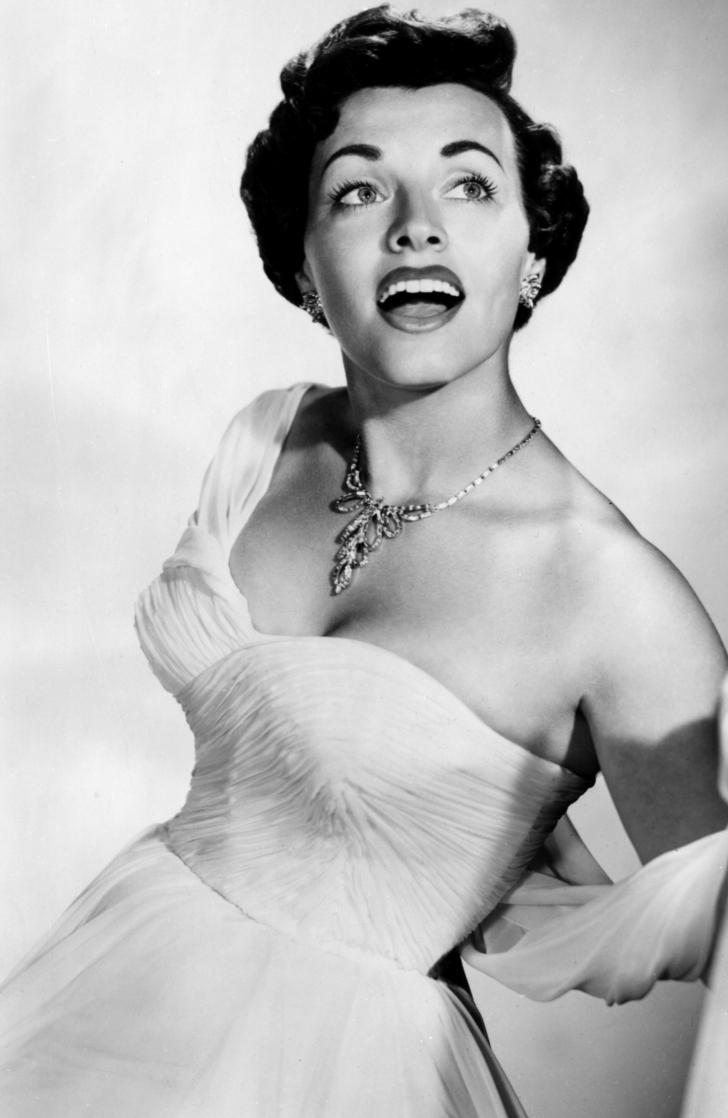 PĂCAT! A murit o mare cântăreaţă. A fost admirată pentru vocea, dar şi pentru frumuseţea ei