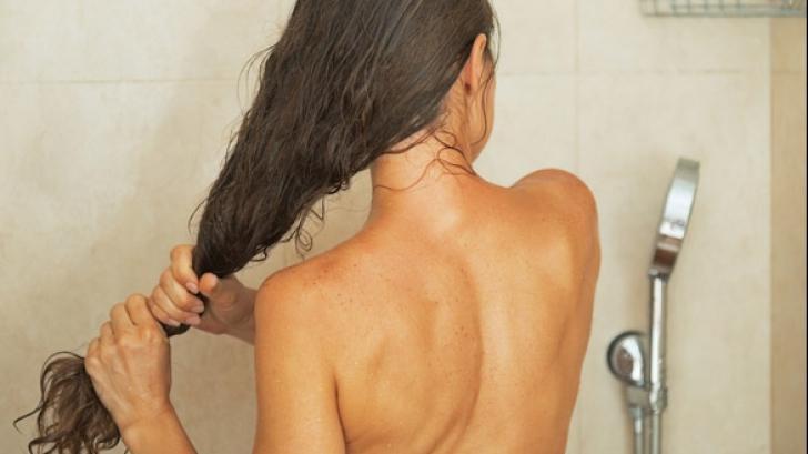 Greșeala pe care o faci după ce-ți speli părul. Îl distruge