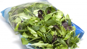 Adevărul ŞOCANT despre salata la pungă? Te poţi îmbolnăvi grav! Uite de ce!