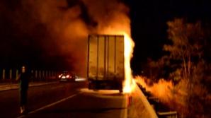 Un TIR cu lemne a luat foc pe A2. Circulaţia închisă pe sensul spre Constanţa