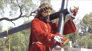 Moment straniu! Statuia lui Iisus Hristos s-a mișcat în timpul unei parade