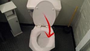 Pui hârtie igienică pe colac când mergi la o toaletă publică? De ce e greșit și nesănătos