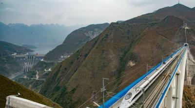 China a construit cel mai înalt pod din lume. Imagini spectaculoase!