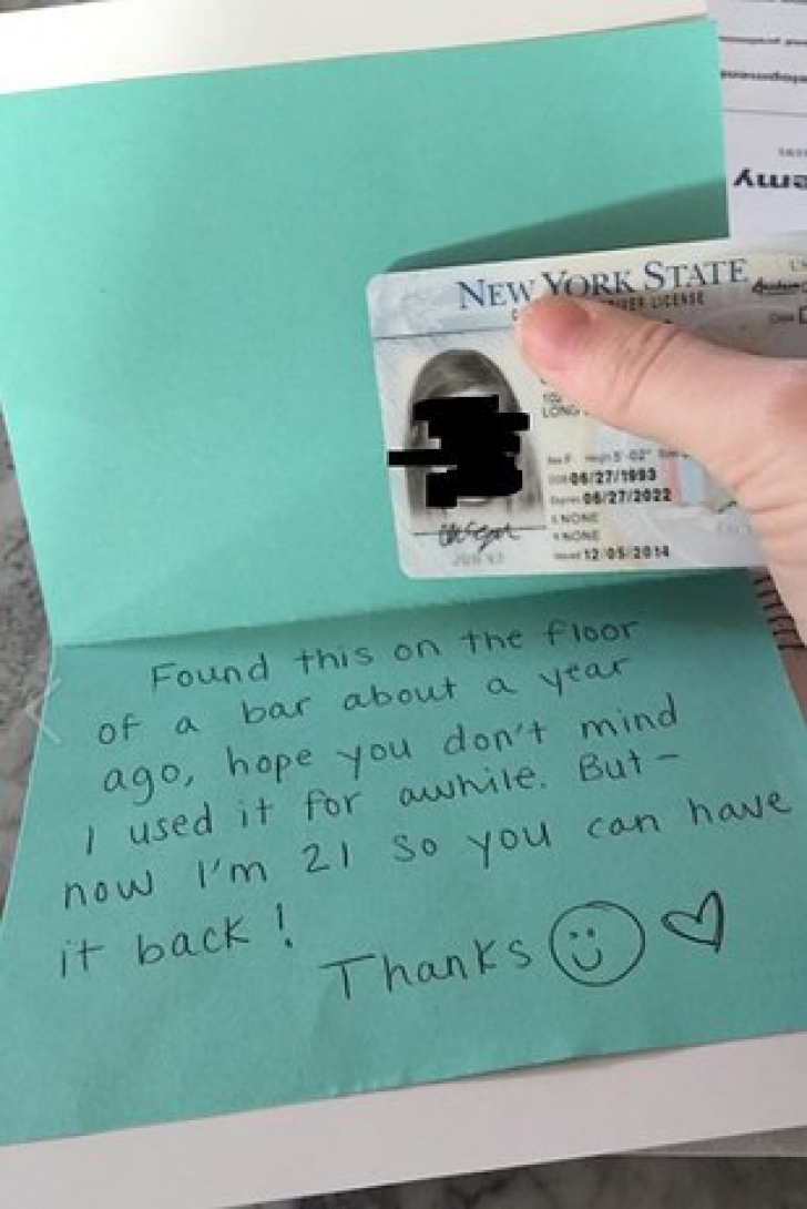 O blondă şi-a pierdut buletinul în bar. După un an,l-a găsit la poştă, cu un mesaj. Uluitor ce scria