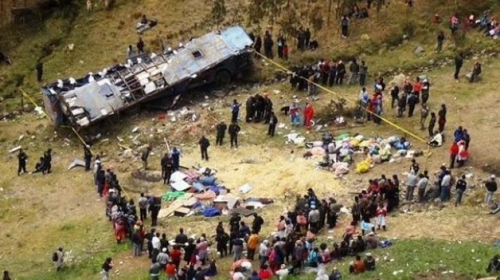 Tragedie în Peru! 12 poliţişti au murit după ce un autobuz a căzut într-o prăpastie