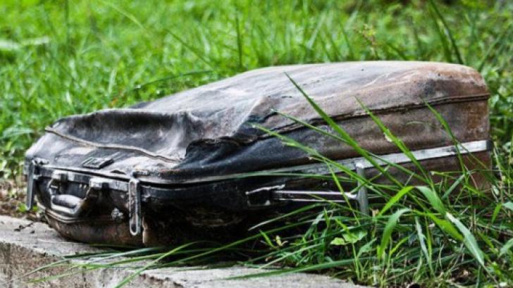 O tânără a găsit un geamantan vechi în parc. Când s-a uitat înăuntru, a avut un ŞOC!