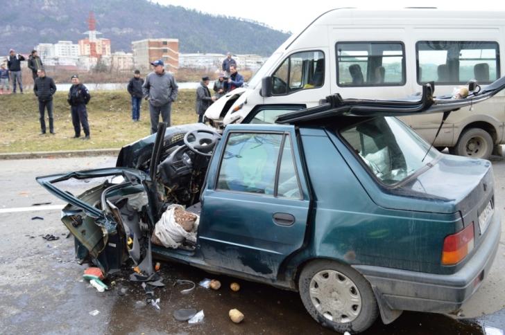 <p>Microbuz plin cu pasageri, lovit în plin de o Dacie: un mort, 5 răniţi. COD ROŞU de intervenţie / Foto: stiri-neamt.ro</p>
