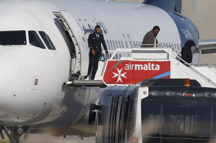 Răsturnare de situație în cazul avionului deturnat în Malta. Atacatorii au cerut azil