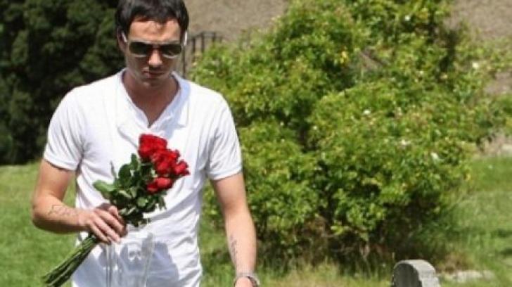 Și-a îngropat soția și îi ducea des flori la mormânt. A deschis televizorul și a împietrit