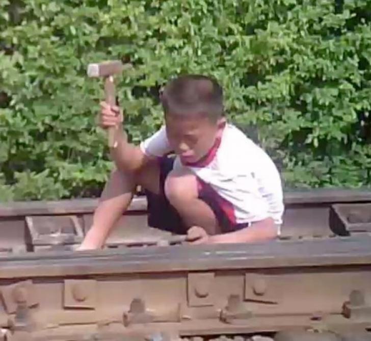 Imagini sfâşietoare, filmate pe ascuns, în Coreea de Nord: copii în lanţuri, forţaţi să muncească