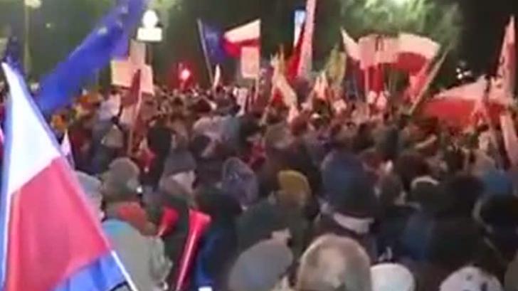 Haos în Polonia: sute de persoane au înconjurat clădirea Parlamentului. De ce protestează
