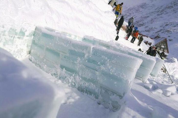 Singurul hotel de gheață din România, construit în doar trei săptămâni