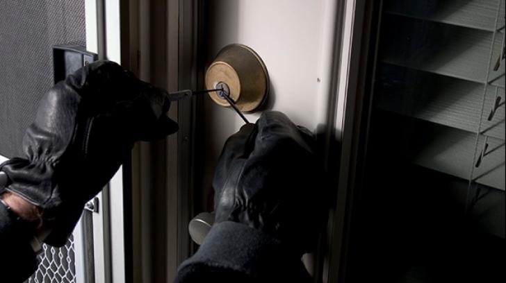 Decembrie, luna preferată a hoților de locuințe! Cum acționează spărgătorii și cum îi ajută Facebook