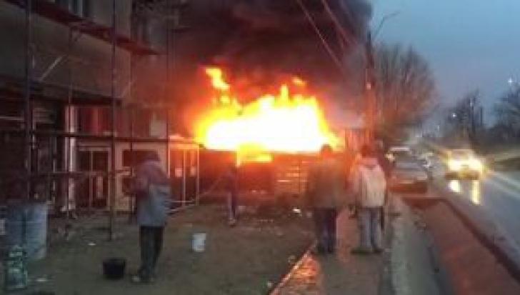 Incendiu puternic pe un şantier în Iaşi
