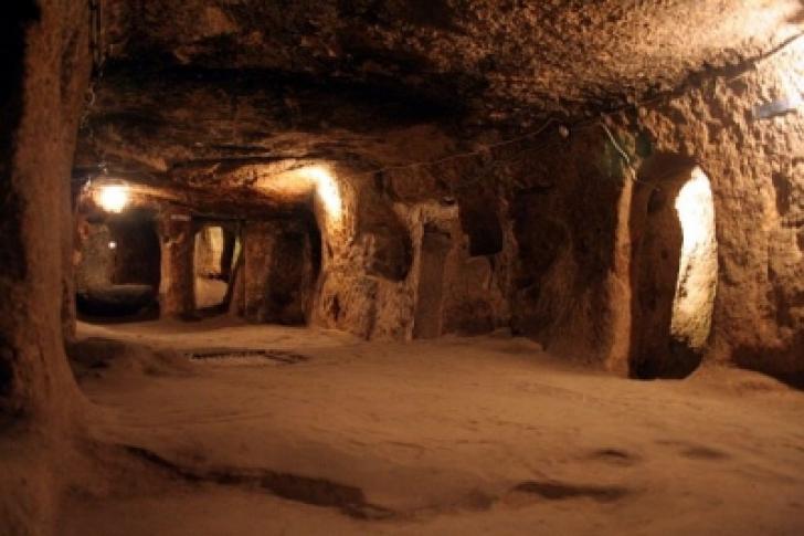 A dărâmat un zid din subsol şi a descoperit un tunel secret. La capătul lui se ascundea o COMOARĂ