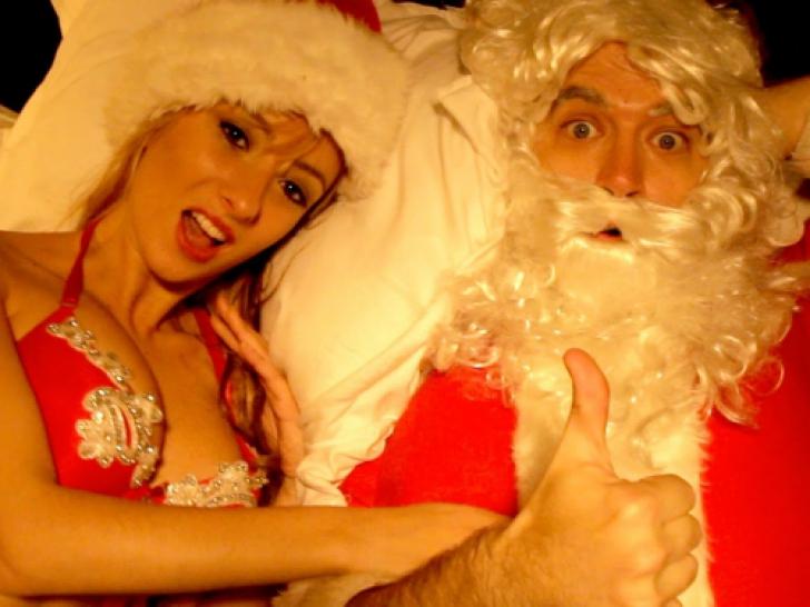 Un tânăr a pus o cameră ca să-l prindă pe Moş Crăciun. Ce a surprins. O filmase pe prietena lui cu..