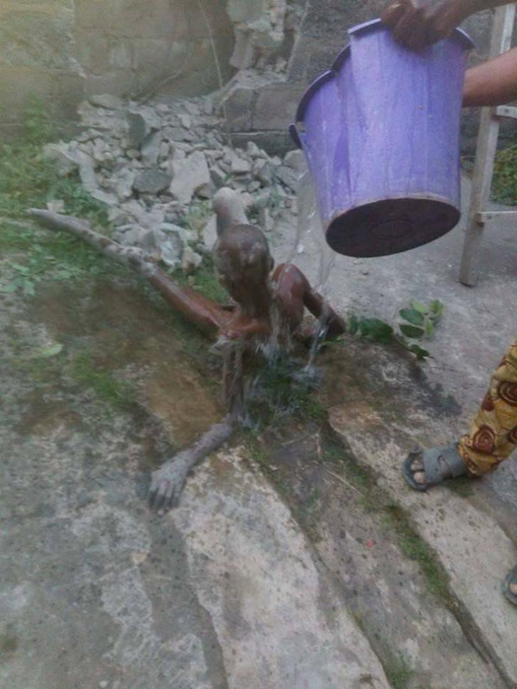 Copil blocat în zid în Nigeria