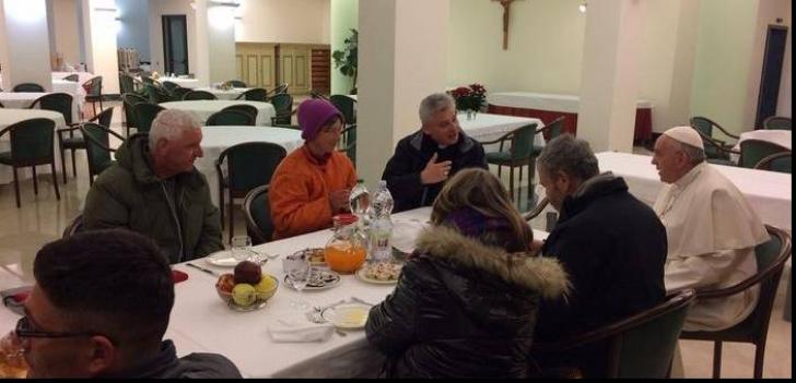 Fotografia zilei: Doi români fără adăpost, la masă cu Papa Francisc de ziua aniversării sale