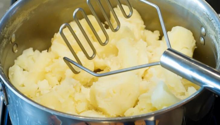 Cum faci cel mai bun piure de cartofi. Un ingredient pe care şi tu îl ai în casă face diferenţa!