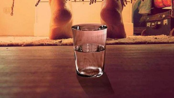 Pune un pahar cu apă sub pat în fiecare noapte! Vei fi şocată de rezultat!