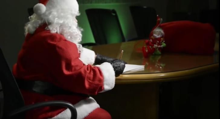 Moş Crăciun şi-a reînnoit permisul de pilot