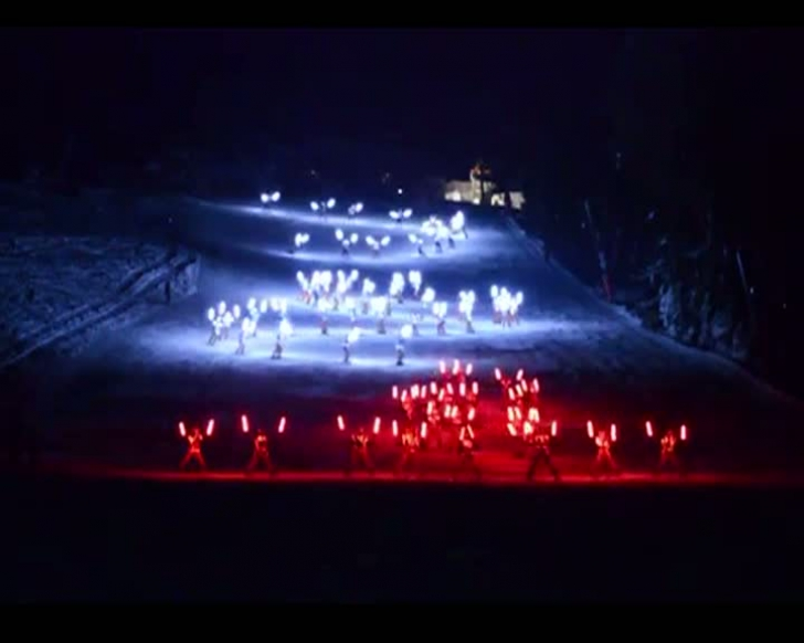 Spectacol pe schiuri, la Poiana Braşov. Imagini uimitoare - VIDEO
