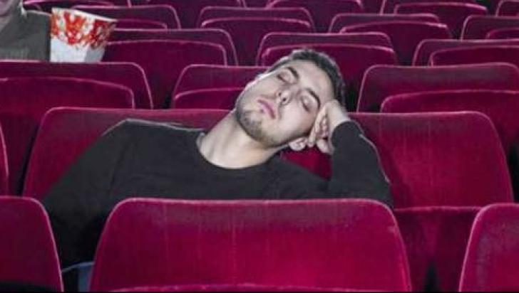 """A adormit în sala de cinema, în timpul filmului. Când s-a trezit, șoc. """"Am sunat la poliție"""""""