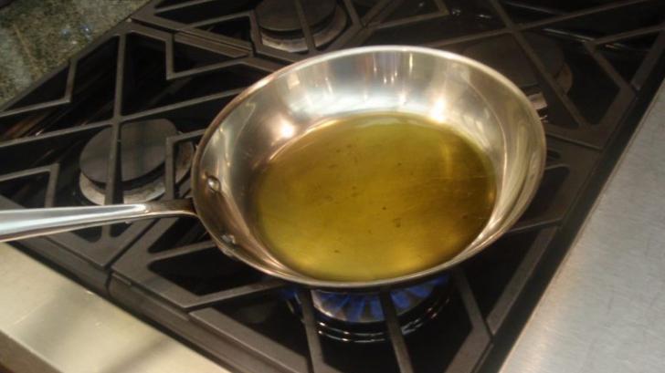 Uleiul folosit nu se aruncă la chiuvetă. Știai asta?