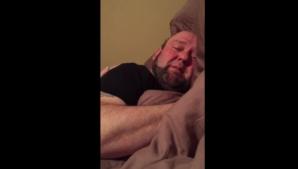 Şi-a găsit soţul în pat, în toiul zilei. Când a dat aşternutul la o parte, a împietrit! A plâns...
