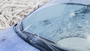 Cum dezgheţi rapid parbrizul de la maşină. Toţi şoferii trebuie să ştie acest truc