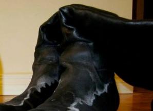 Cum cureţi urmele albe lăsate de zăpadă de pe cizmele de piele şi piele întoarsă. Vor arăta ca noi!