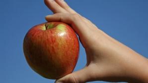 A mâncat doar un măr pe zi, până a ajuns la doar 25 de kg! Uite cum arată acum. Şocant