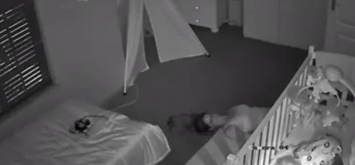 Soţul a montat o cameră video în domitorul copilului. ŞOC! Ce făcea soţia după ce micuţul adormea
