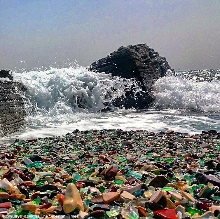 Imagini uluitoare: cum arată o plajă pe care ruşii şi-au aruncat ani la rândul sticlele de vodkă