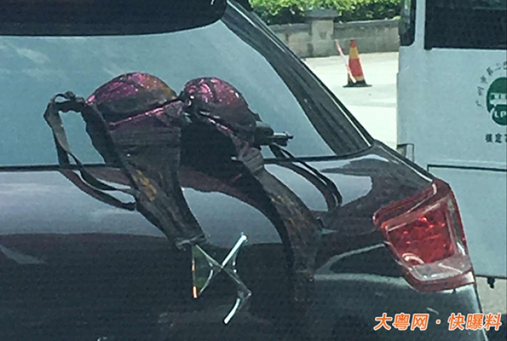 Ce au văzut şoferii agăţat de luneta unui SUV. N-au putut crede. Mergea aşa prin oraş