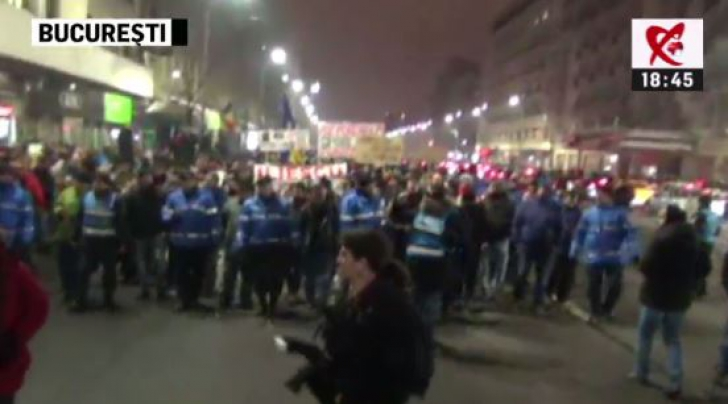 """PROTEST ANTI-GRAŢIERE. Zeci de mii de oameni, în stradă: """"Corupţia ucide!"""" Iohannis, la Universitate"""