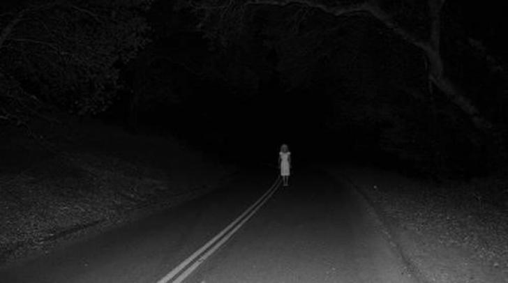 Conducea noaptea şi la un moment dat a văzut un copil la marginea şoselei. A coborât şi...
