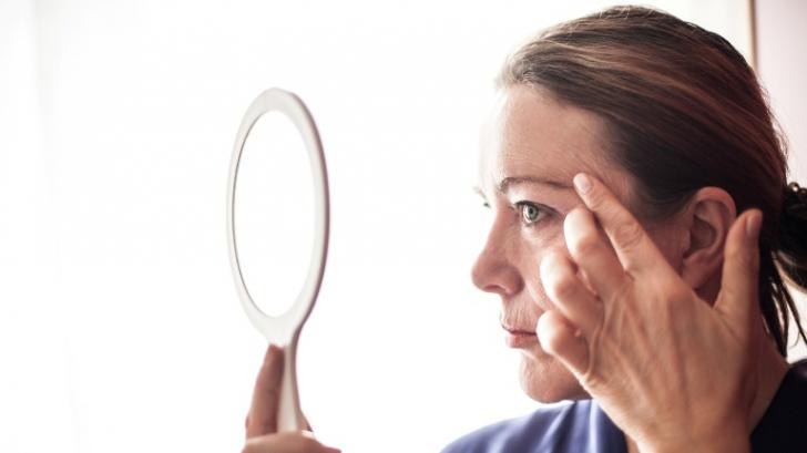 Serul din două ingrediente care te scapă de ridurile din jurul ochilor