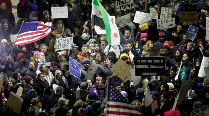 Casa Albă, mic pas înapoi în criza interzicerii migranților. Trump acuză presa și respinge criticile