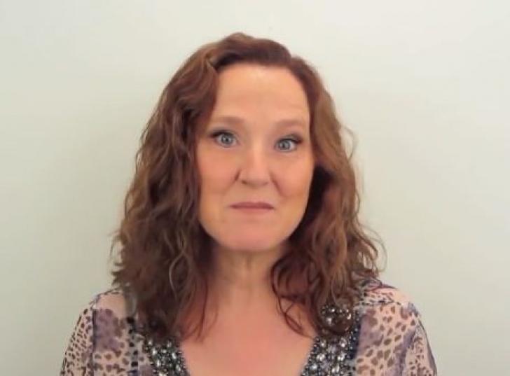 Această femeie nu a călcat timp de 20 de ani la salon. Nu o mai recunoşti după ce s-a tuns