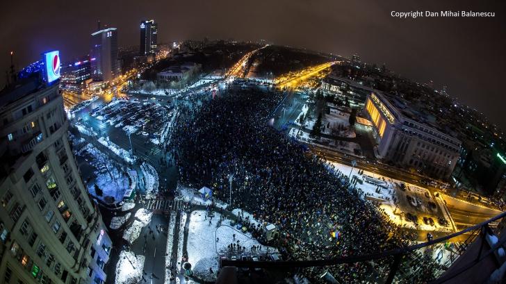 """NO COMMENT. Protestul cu 50 000 de oameni pe versurile PINK FLOYD - """"Another brick in the Wall"""""""