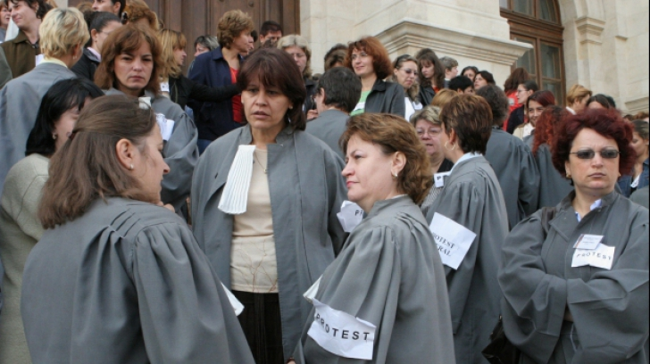 Grefierii, proteste spontane în mai multe județe din țară! Sute de oameni au ieșit în stradă