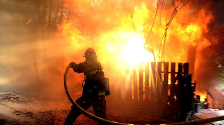 Incendiu puternic la o fabrică de mobilă din Clejani