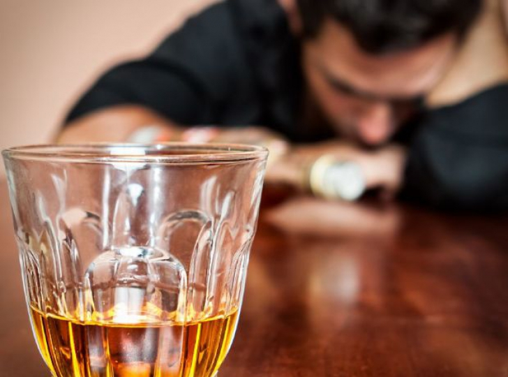 Leacul recomandat de nutriționiști după mahmureala de Revelion. Neutralizează alcoolul