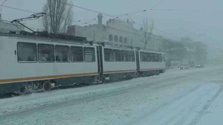 Tramvaiul 32, blocat la primele ore ale diminineţii: O garnitură a deraiat
