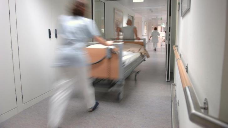 """Mărturia ULUITOARE a unui medic din Cluj: """"Mă uit la o pacientă abandonată într-un pat şi..."""""""