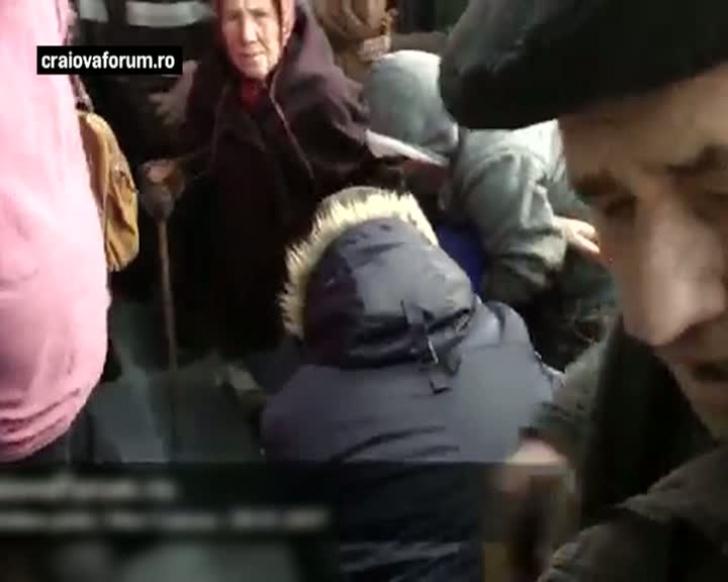 Îmbulzeală şi lupte corp la corp, la Craiova, pentru un voucher de 20 de lei. Imagini greu de privit